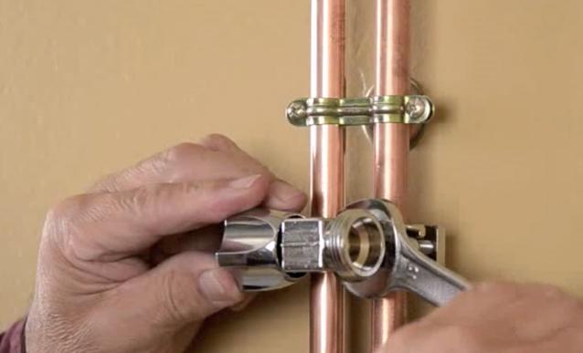 Installer un robinet auto-perceur