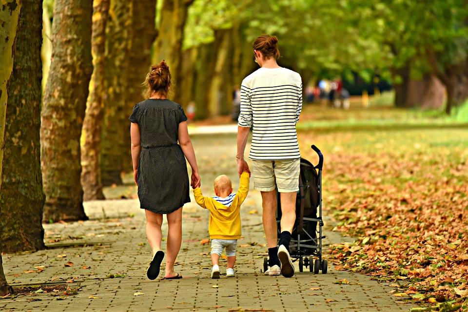 Que faire pour réussir la première sortie avec bébé ?